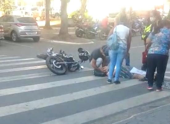 Idosa é atropelada na Praça ao atravessar no sinal vermelho
